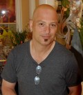 Best known for hosting Deal or No Deal, the actor and comedian Howie Mandel suffers from germaphobia, the fear of germs.