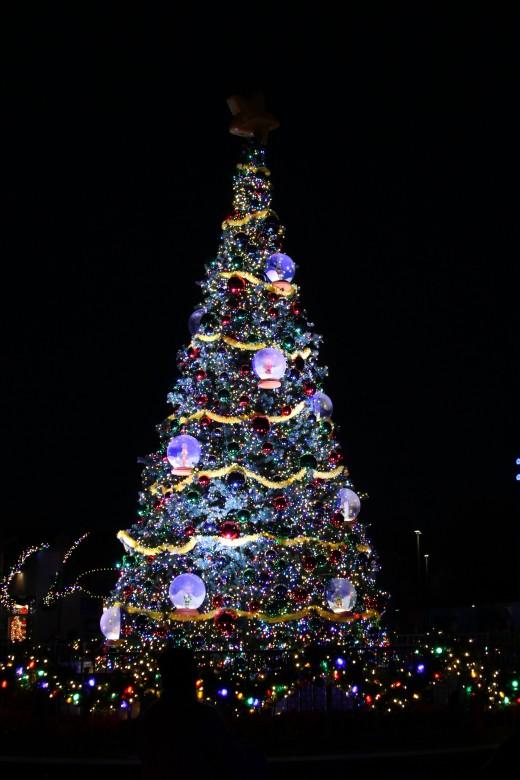 Sesame Place's main Christmas tree
