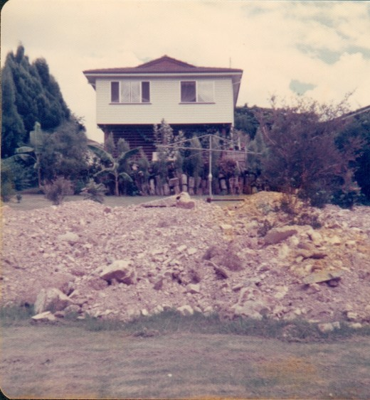 How high 1974 floods had to get to cover the house about 7 meters