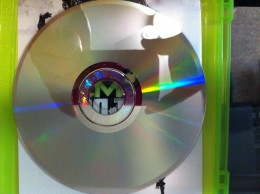 Ensure your game disc is as clean as possible. The Xbox 360 disc reader won't play a damaged or defective disc.