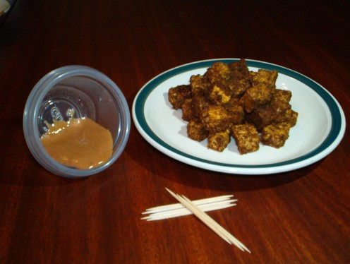 Baked tofu with peanut sauce is low-calorie spicy goodness!