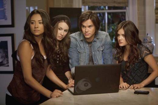 "The search for evidence is heating up on ""Pretty Little Liars."""