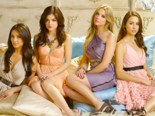 """The girls strike a pose on """"Pretty Little Liars."""""""