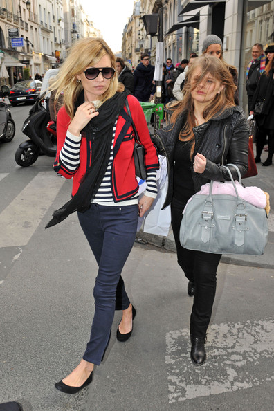 The Brits love pairing red, navy, and white together in a sophisticated, yet edgy way. Pair navy skinny jeans and a tailored blazer a la Kate Moss.