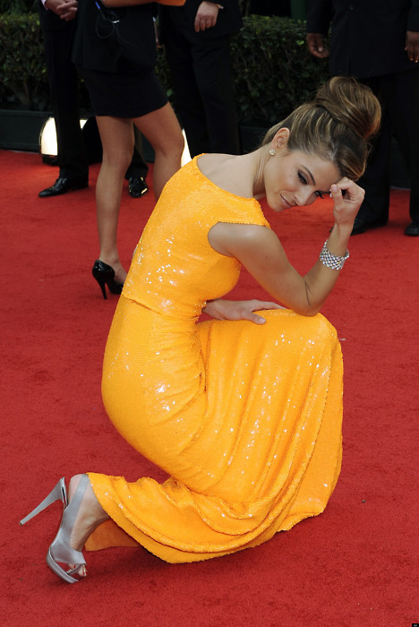 Actress Maria Menounos on the red carpet Tebowing at the Golden Globes