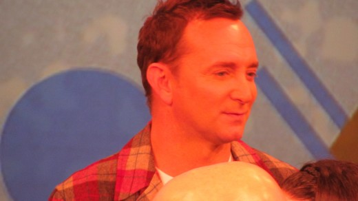 Clinton Kelly, discusses with the crew, the preparation of his bacon, cheddar, mashed potatoes.