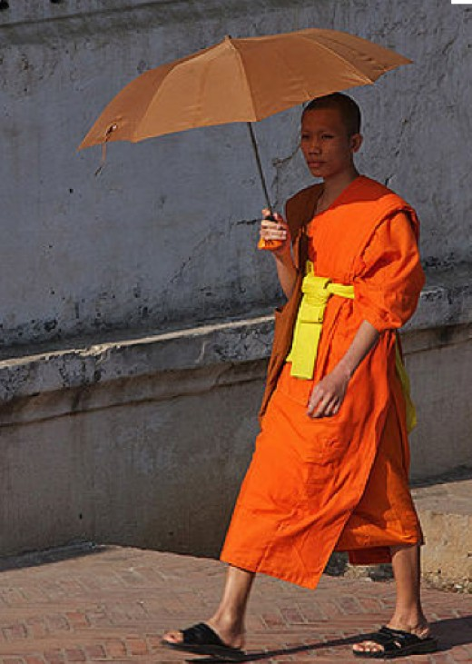 Stay cool: umbrella, cotton clothing. A simple life, freely chosen