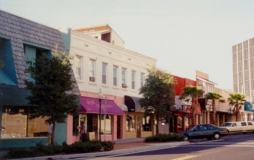 Main Street in downtown Sarasota was mainly a street of boutiques, restaurants, and bars in 1995, and still is. Sarasota did not have many tall buildings in 1995, except for condominiums along the water and a few bank buildings (like the one at far r
