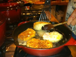 Tunning Tonkatsu (pork cutlets) cook to goloden brown and turn