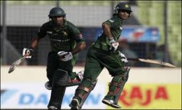 Hafeez and Jamshed Entertain the Crowd