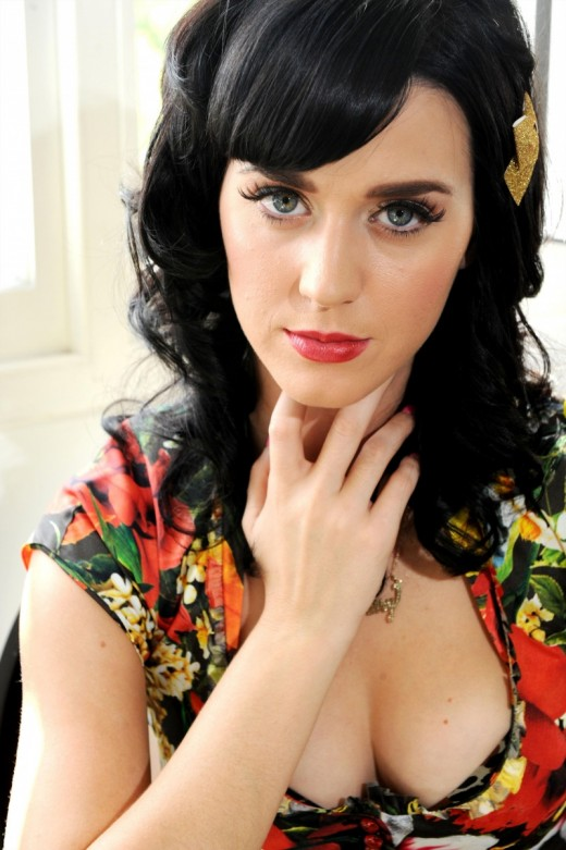 Katy Perry hand under chin