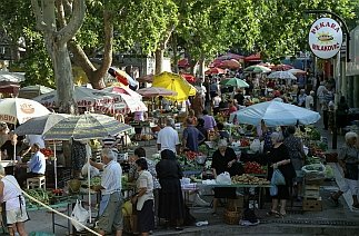 Fresh vegetables, fruits, barbecued chicken, meat, shoelaces, liqueurs, hand knit items, dried fruits, homemade cheese rounds and home baked specialties are just among the few things you can find to buy at the Splitski pazaar (Split Bazaar)!