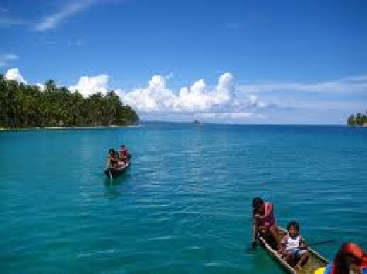 KUNA INDIANS AND DUGOUT CANOES IN THE SAN BLAS ISLANDS
