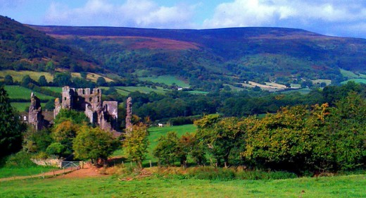 Llhanthony Priory lies within the Vale of Ewyas, a former Augustinian Priory offering good views atop a glacial formed valley.