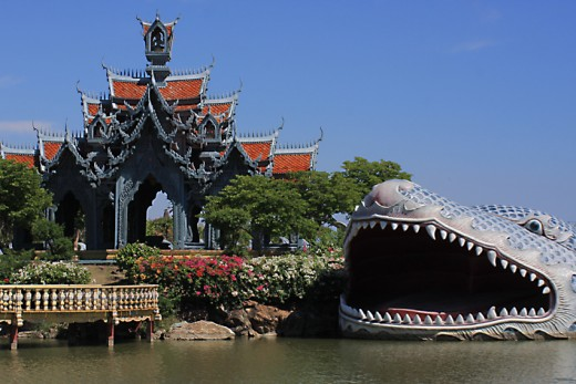 This is a representation of the ancient Thai creation myth. Sumeru Mountain was the centre of the universe in this myth, home to Gods, demons and humans. Phaichayon Great Grand Palace was home to the King of the Gods, Sakka (also called Indra)