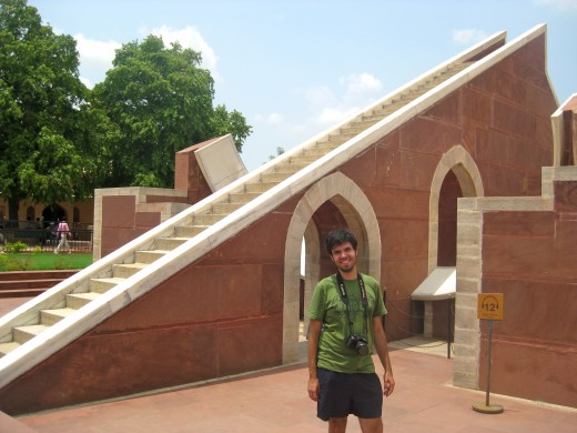 Behind my boyfriend is a 27 meter tall sundial which can be used to tell the time to an accuracy of about two seconds!  In the movie, The Fall, the Indian's wife is trapped in a maze and the only way out is suicide, leaping from the sundial!