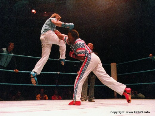 WAKO World Championships 1985 in London: US-American Steve Anderson outscores German Peter Hainke with a reverse punch. Heavyweight final semicontact.