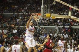 McGee Dunks during the Smart All-Stars versus Smart Gilas National Team