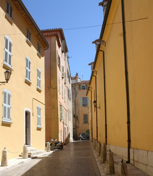 Sunlight in an allee in St. Tropez
