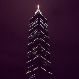 """Burberry lights up Taipei 101 before the start of the event"""