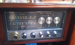 Knobs on a Zenith AM/FM raido