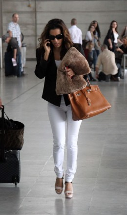 Eva Longoria traveling in white skinny jeans and platform sandals