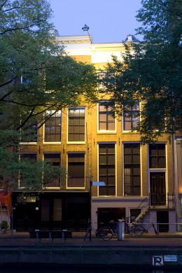 A view of the Anne Frank House in Amsterdam, The Netherlands at dusk. Nederlands: