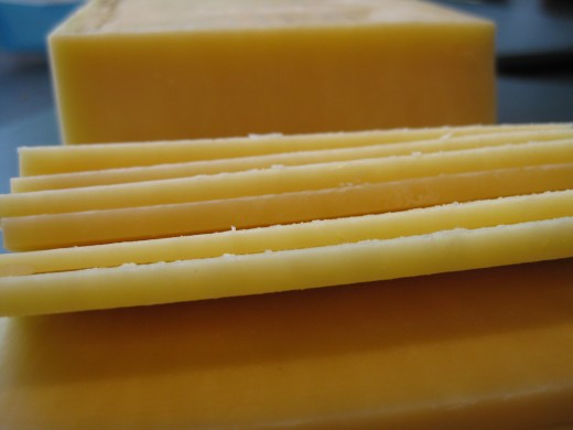 Cut the Cheddar cheese at a maximum of 2 mm thickness. You can also grate it for an even layer.