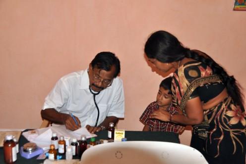 Una sesión de asesoramiento y tratamiento pediátrico en curso en Chowthaguntapalli