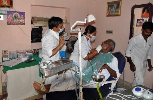 Las funciones del departamento dental fuera de la casa de un aldeano agradecido que se desplaza a una pequeña cabaña en el día de servicio!