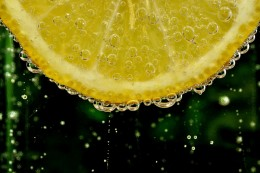 The health benefits of lemon juice are numerous.