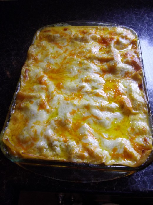 The cooked lasagne.