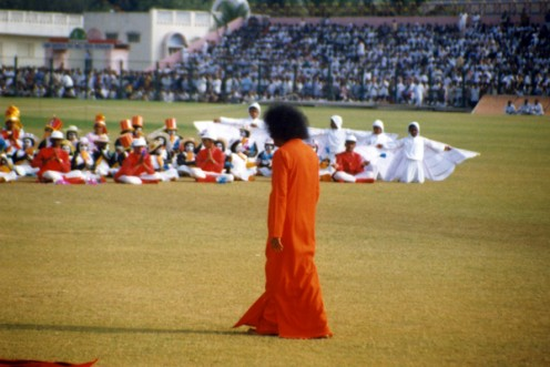 Swami walking towards the children of the Primary school in order to pose with them...