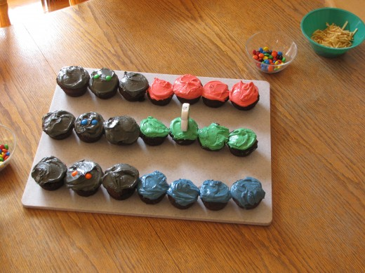 Star Wars.  Who doesn't love that.  These are supposed to be light sabers.  Not my best cake creation, but cute all the same.  Each kid picked their favorite color to eat.