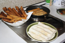 Let Pedia´s Spring Rolls stand on a deep plate with kitchen paper to catch the excess oil.