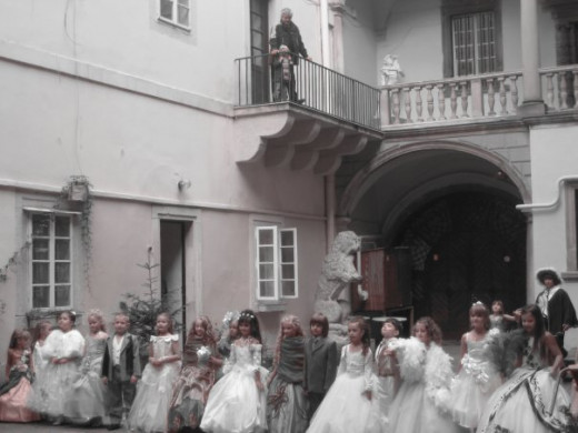 Stumbled upon this fairy tale gathering of Lviv's little princes and princesses in a city courtyard ;) Aren't they just adorable