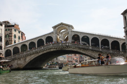 The opposite side of the Rialto Bridge.