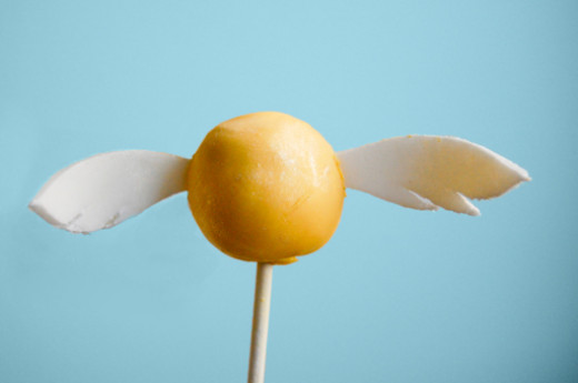 Golden Snitch Butterbeer Cake Pops!  Press the link to get the recipe...