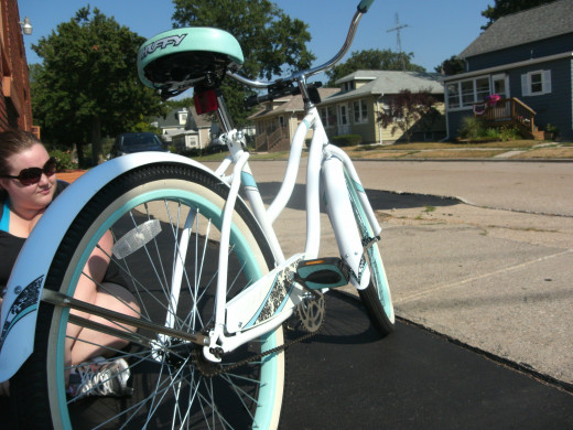 Her Huffy Cranbrook Model: Screaming total cuteness with teal trim and thick spokes add stability. I actually prefer her seat to mine.