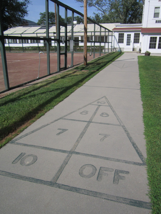 Shuffleboard anyone! Play right in the backyard of the Eastern Slope Inn Resort!