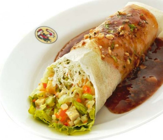 Lumpiayng Sariwa with sauce, nicely served with rice