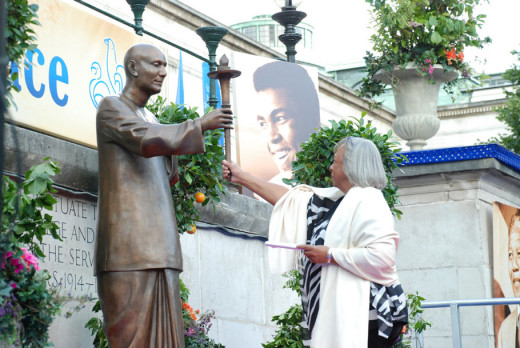 Marlene Owens-rankin and Sri Chinmoy Statue