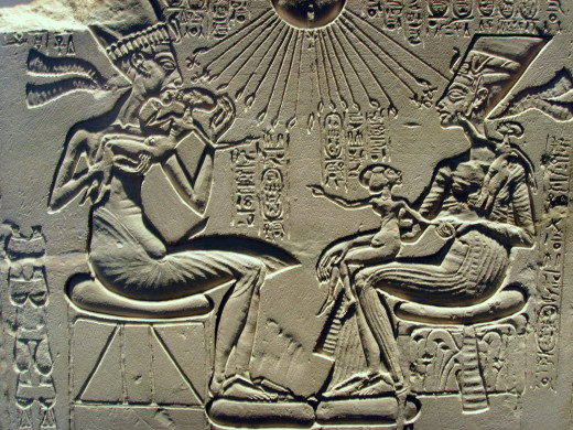 Akhenaten, Nefertiti and their daughters.