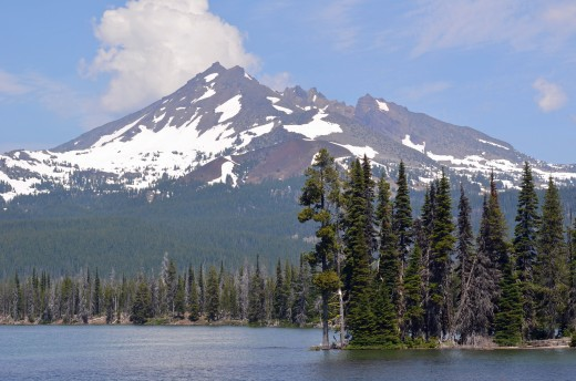 Broken Top as seen from Sparks Lake OR