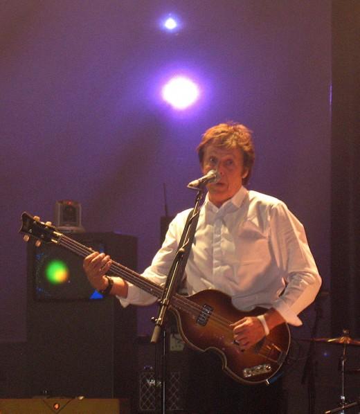 "Paul McCartney sings ""Hey Jude"""