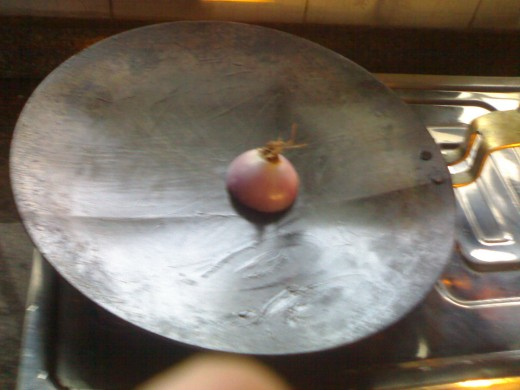 Training: rub the cut-end of the onion with oil several times over on the tava.