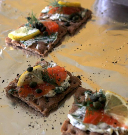 Gravlax on crackers with pepper and lemon