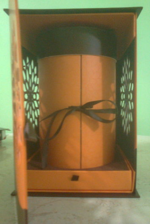 Cylinder box containing the mooncakes.