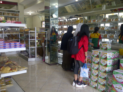 Many people  shop Malang snacks at Sanan .