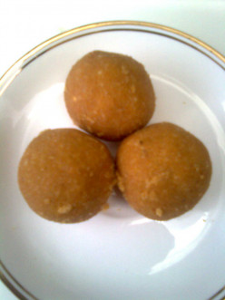 Indian Wedding And Festival Sweets : Suji- Besan Laddoo (Gram Flour and Semolina Balls) !